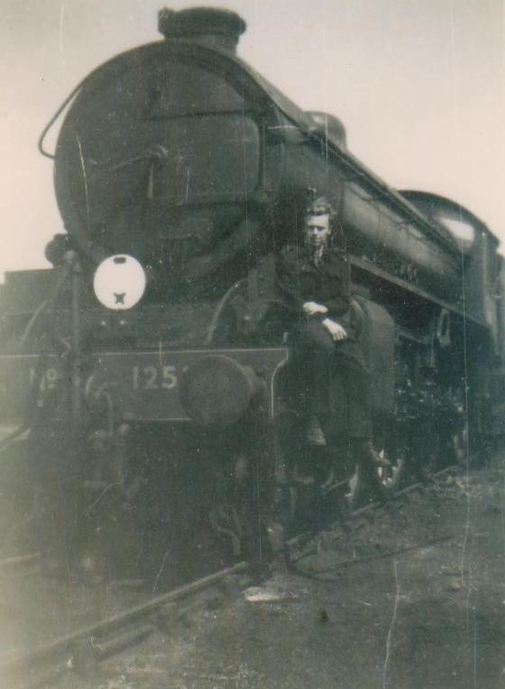 Train photos TRN/003/JW - B1 loco 1946 .jpg (560px x 764px)